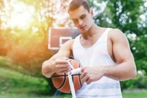 Parmağını bandajlayan bir basketbolcu.
