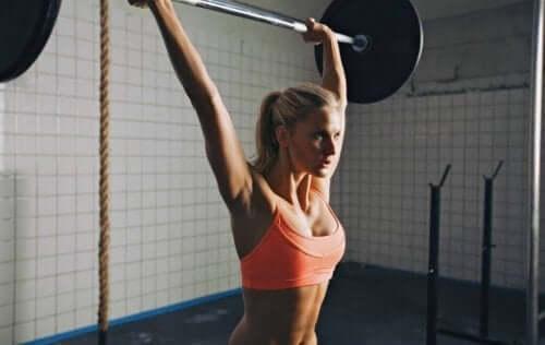 halter kaldıran sporcu kadın