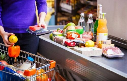 alışveriş yaparken sağlıklı ürünler alan kadın
