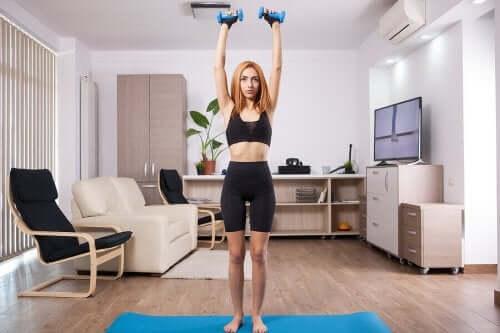 Evde egzersiz yapan kadın