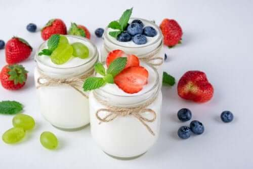İçlerine yoğurt ve meyve koyulmuş kavanozlar.