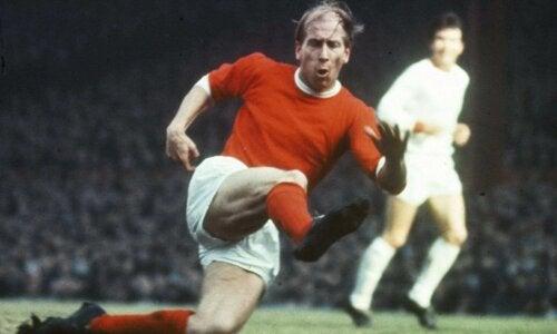 Bobby Charlton'ın sahadaki bir fotoğrafı.