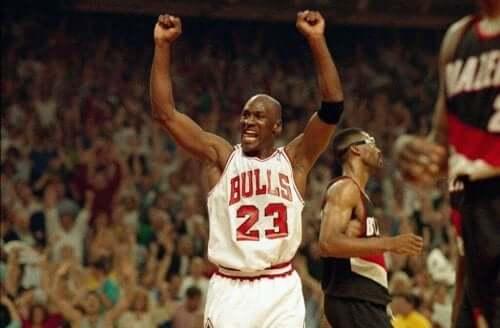 Sahada kutlama yapan Michael Jordan.