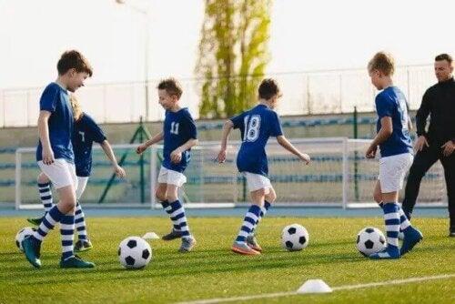 Antrenman yapan bir futbol takımı.