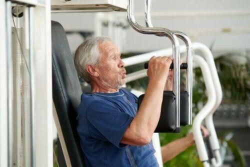 Egzersiz yapan yaşlı bir adam.