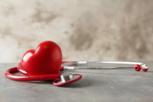 Bir stetoskopun yanında duran bir kalp.