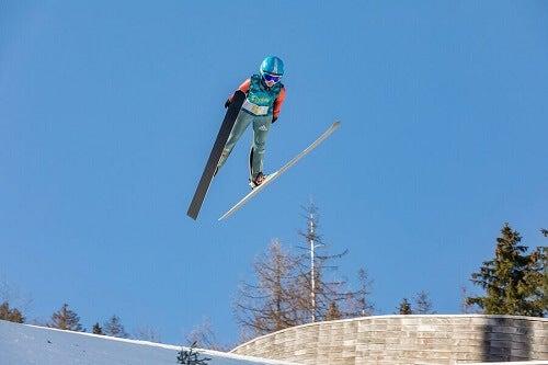 kayakla uzun atlama yapan sporcu