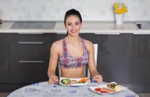 Oturarak yemek yiyen bir kadın.