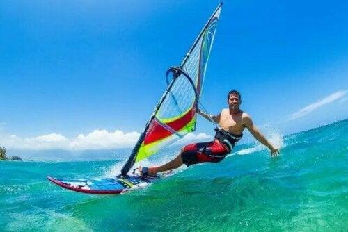 Rüzgar sörfü yapan bir adam.