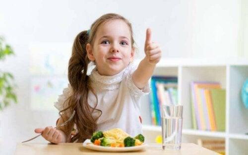 Sebze yiyen bir kız çocuğu.
