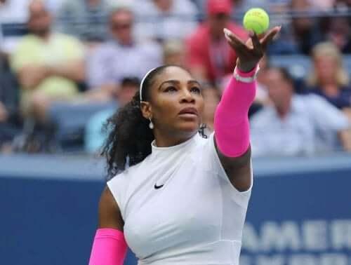 Topa vurmak üzere olan Serena Williams.