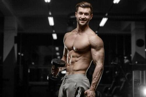 Spor salonunda vücut geliştirme yapan bir adam.
