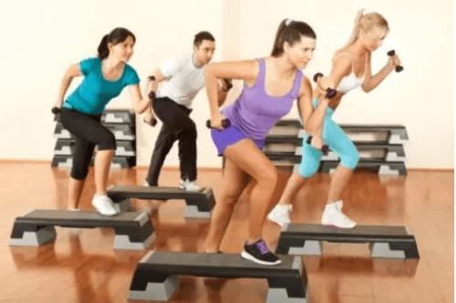 kalça kasları için step egzersizi