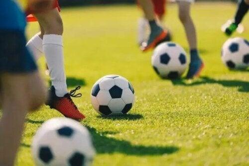 Toplara vuran futbolcular.