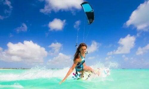 Uçurtma sörfü yapan bir kadın.