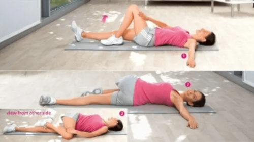 Yerde bir mat kullanarak esneyen bir kadın.