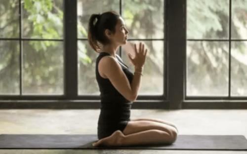 Regl döneminde yoga yapan bir kadın.