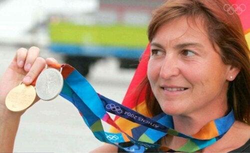 Altın ve gümüş olimpiyat madalyalarını gösteren Birgit Fischer.