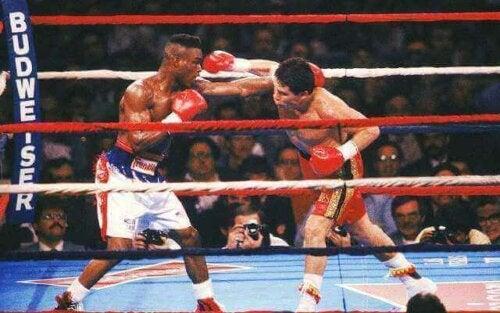 Chavez ile Taylor'ın karşı karşıya geldiği bir boks maçı.