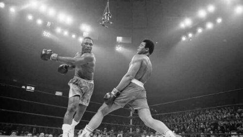 Mahammad Ali ve Joe Frazier arasındaki bir maç.