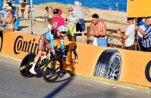 Vuelta a España'da yarışan bir bisikletçi.