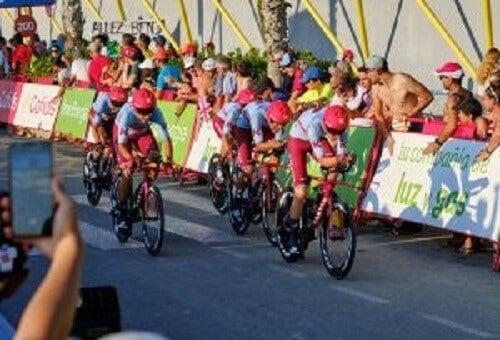 Vuelta a España'da yarışan bisikletçiler.