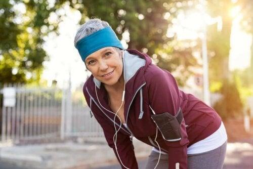 Açık havada egzersiz yapan bir kadın
