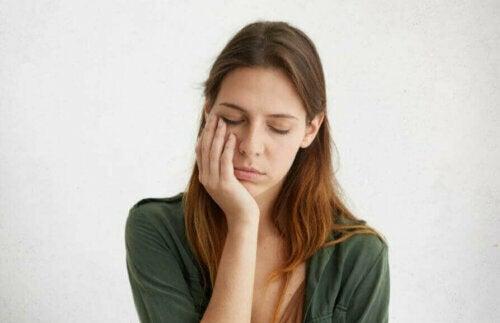 Aşırı yorgunluktan muzdarip olan bir kadın.