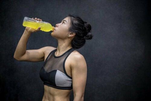 Enerji içeceği tüketen kadın.