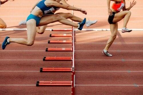 Engelli koşu yapan sporcular.