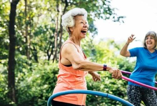 hula hop çevirerek eğlenen yaşlı ve orta yaşlı kadınlar