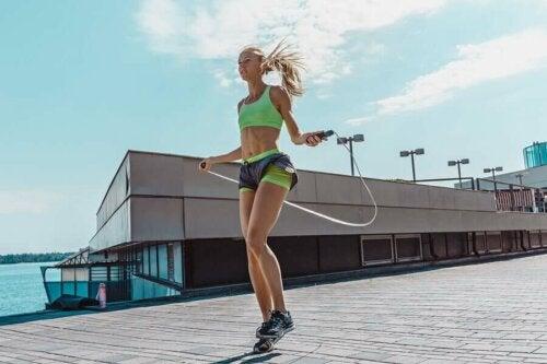 İp atlayan sporcu bir kadın