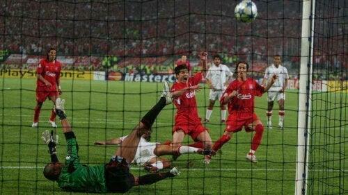 Bir Şampiyonlar Ligi galibiyeti daha elde etmekte olan Liverpool.