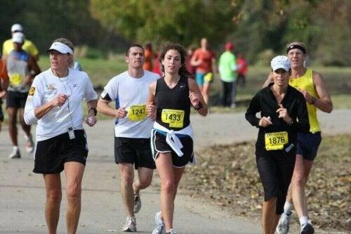 Maraton koşan sporcular.