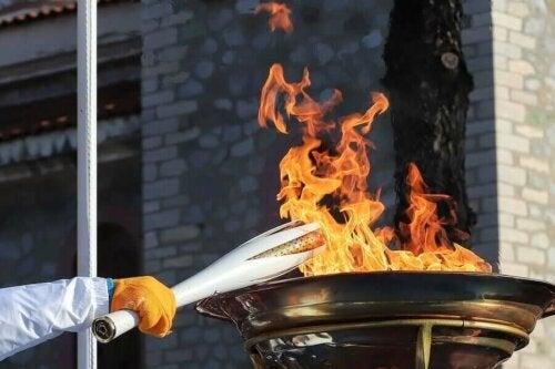 olimpiyat sırasında yakılan meşale ve alev