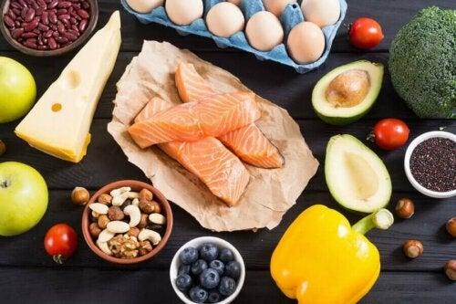 Protein bakımından zengin olan çeşitli gıdalar.