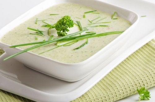 skål med suppe af squash