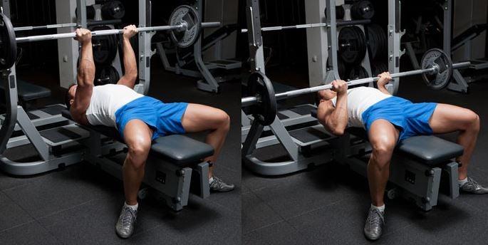 mand i fitness der viser hvordan man laver bænkpres