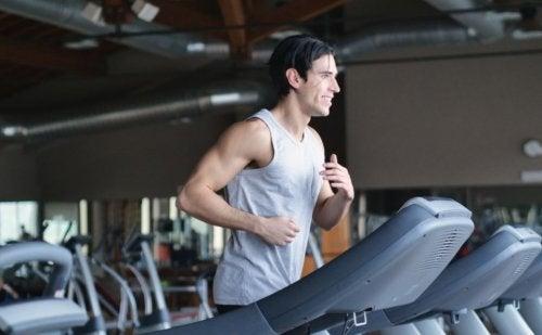mand der løber på løbebånd i fitnesscenter