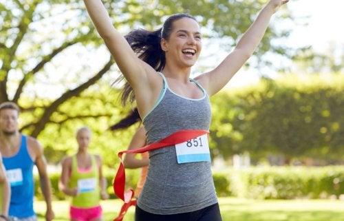 kvinde der gennemfører et udendørs løb