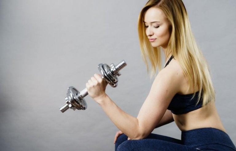 lyshåret kvinde med en håndvægt i den ene hånd