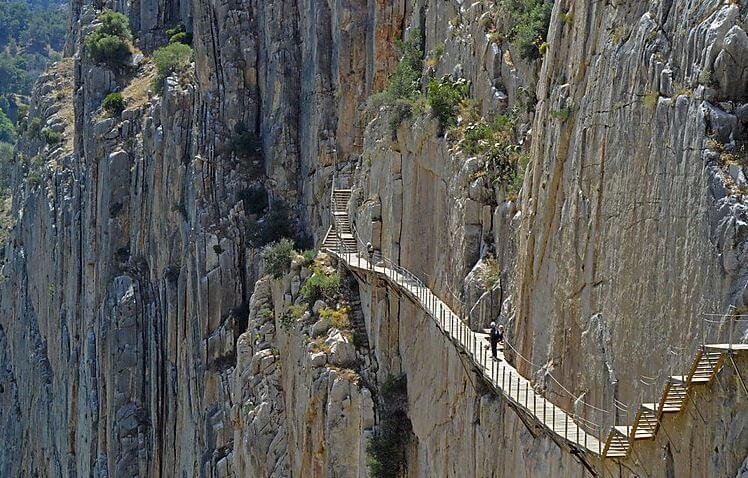 bjergside med trappe af træ