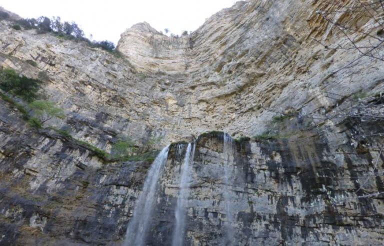 vandfald på bjergside