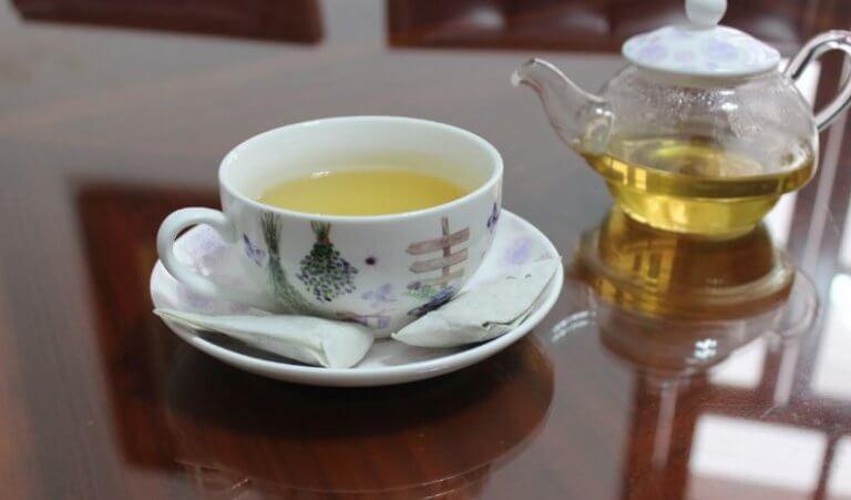 en kop te og en gennemsigtig tekande