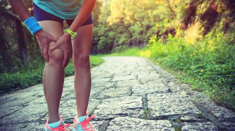 person der har smerter i knæene efter løbetur