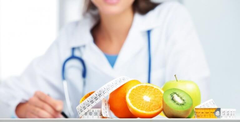 læge med frugt og målebånd foran sig