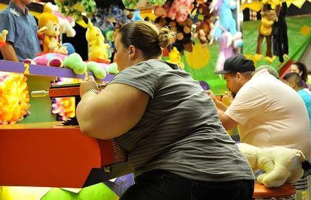 fed kvinde i legetøjsbutik