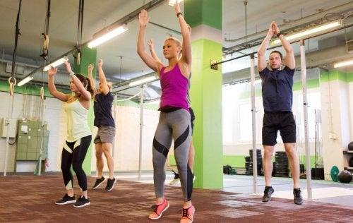 folk der opvarmer og hopper i en træningssal