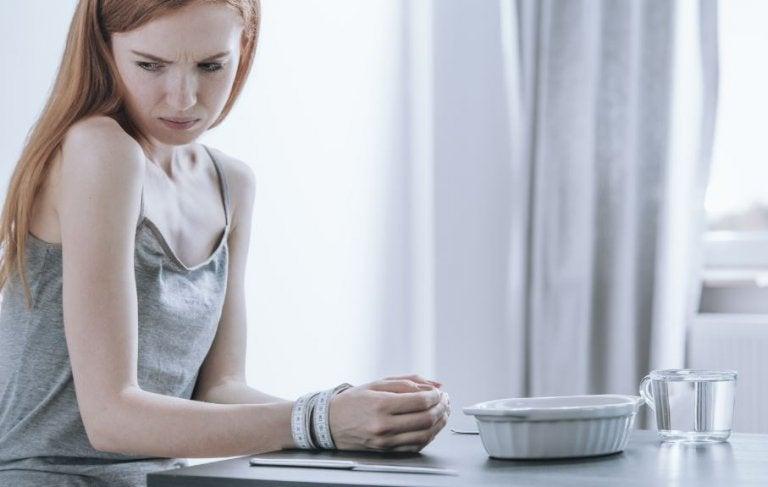 kvinde der er utilpas ved spisebordet