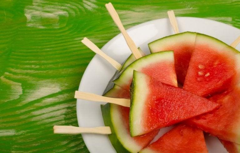 tallerken med skiver af vandmelon på ispinde